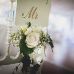 décoration florale chaise du marié