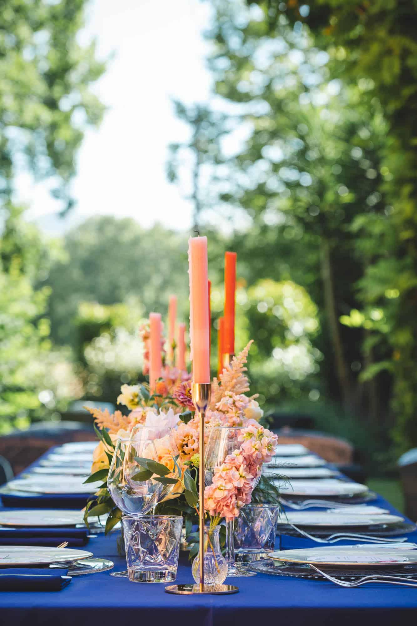 Mariage à Chantaco scénographié par Pastel Créatif - Table des mariés bleu roi, orangé, saumon