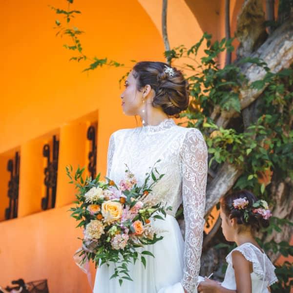 Mariage à Chantaco scénographié par Pastel Créatif - Mariée devant l'entrée hacienda